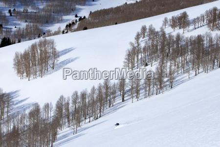 jeden czlowiek na nartach niesledzone gory