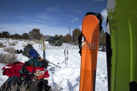 klasyczny van otoczony nartami probuje wydostac