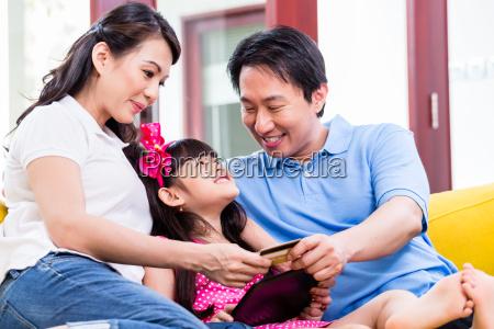 chinska rodzina zakupy online z komputera