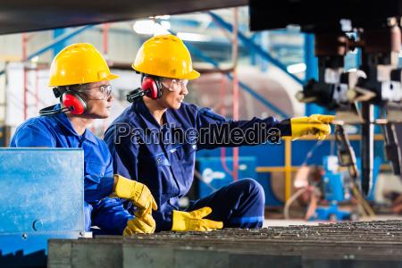 pracownik w fabryce w przemyslowej maszyny