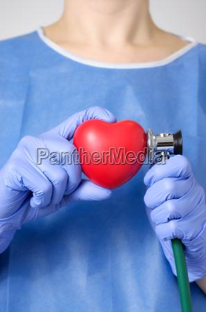 lekarz bada serce