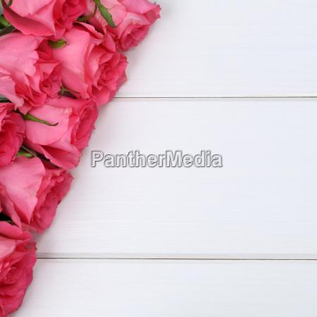 roze kwiaty na urodziny lub dzien