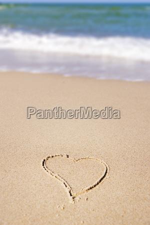 serce w piasku na plazy