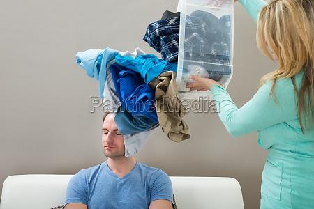 kobieta rzucanie prania na meza