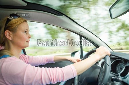 carefullly dama powazny profil spokojny samochod