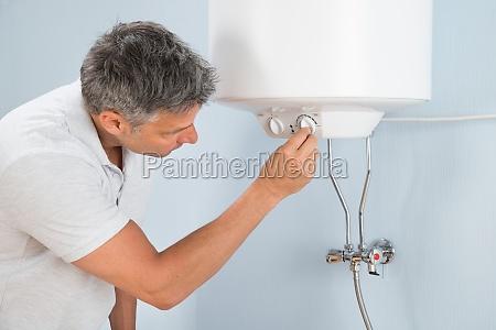 czlowiek regulacja temperatury kotla elektrycznego