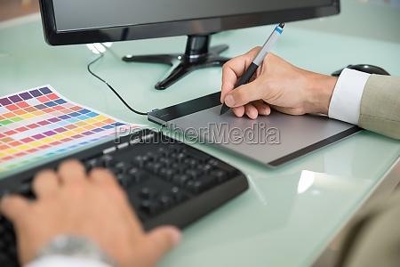 biznesmen przy pomocy graficzny tabliczka