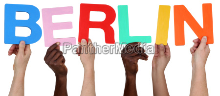 wielokulturowa grupa osob zachowaj slowo berlin