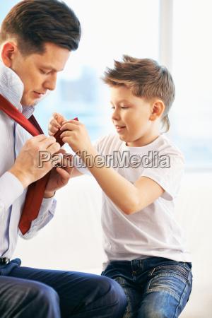 ubieranie sie z ojcem