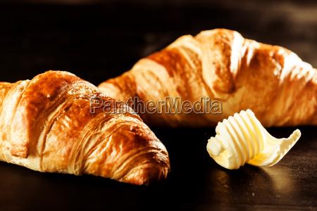 maslo i croissant chleb na szczycie