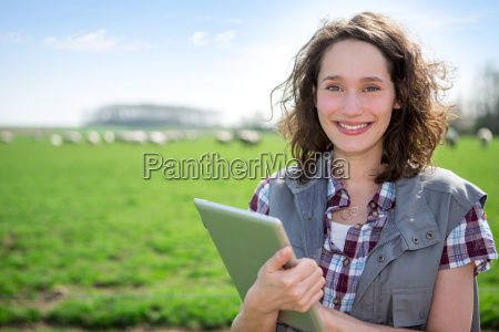 mloda atrakcyjna rolnik w polu przy