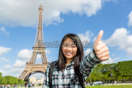 mlody atrakcyjny azjatykci turysta cieszy sie