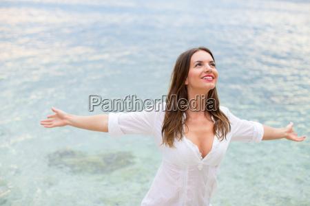 kobieta relaksujaca sie na plazy z