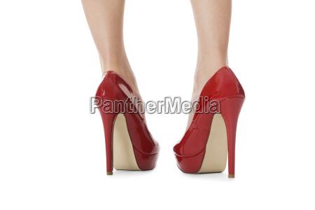 atrakcyjne damskie nogi z czerwonymi szpilkami