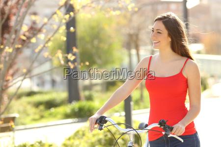 szczery kobieta spaceru w parku miejskim