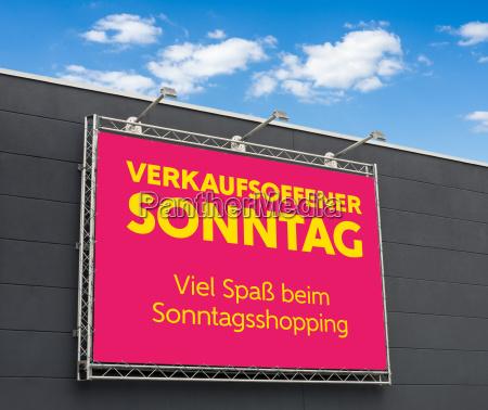 baner reklamowy z napisem otwarta na