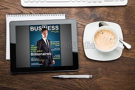 cyfrowy tablet pokazujacy okladke magazynu z