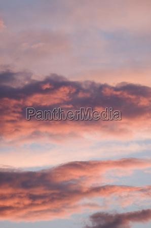 dramatyczne chmury w wieczornym sloncu