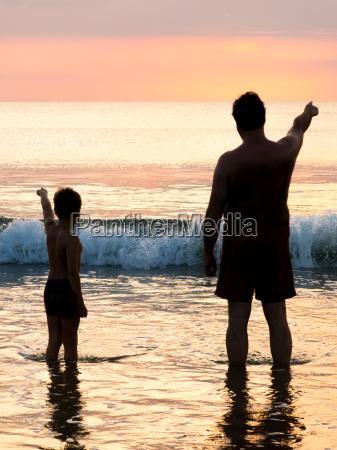 sylwetka ojca i syna przed wieczornym