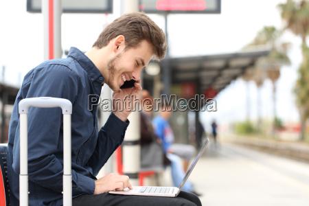 freelancer pracuje z laptopem i telefonem