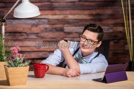 niefrasobliwy lesbijki pracujacy przy biurku