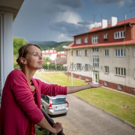 kobieta womane baba balkon wietrzenie altan