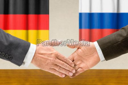 przedstawiciele niemiec i rosji podaja sobie