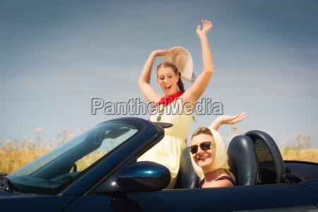 dwie kobiety w kabriolet cieszyc sie