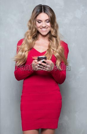 atrakcyjna mloda kobieta w czerwonej sukni