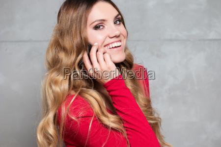 piekna kobieta w czerwonej sukience mowi