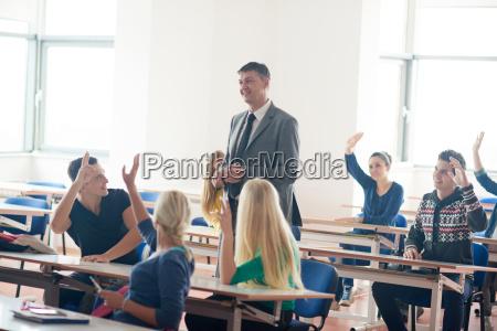 grupa studentow z nauczycielem na lekcji
