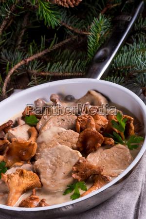 poledwiczki wieprzowe z sosem chanterelle
