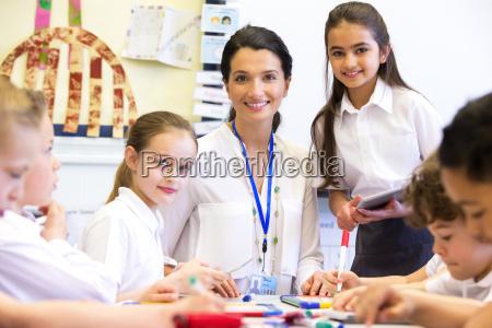 nauczyciel szczesliwy w szkole