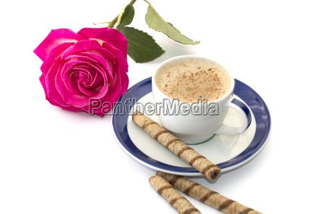 rozowa roza i cappuccino na spodek