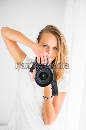 pretty kobieta fotograf z aparatem cyfrowym