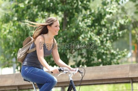 rowerzysta kobieta jazda na rowerze w