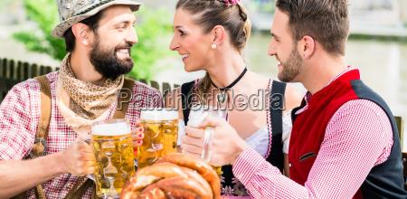 ludzie z piwem i bretzel w