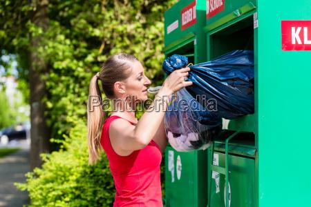 kobieta przynosi stare ubrania do utylizacji