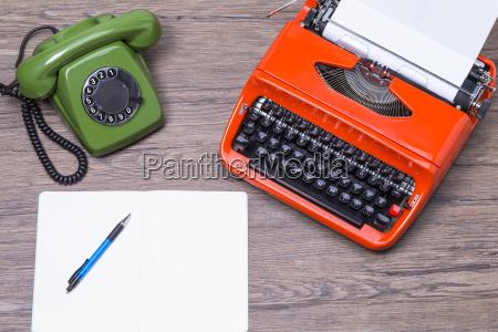 stary telefon z maszyna do pisania