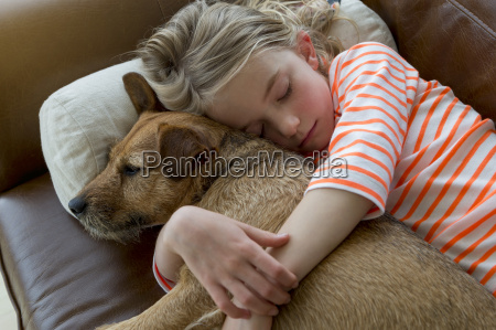 mloda dziewczyna i jej pies przytulanie