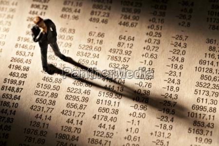 broker staht na stole z cen