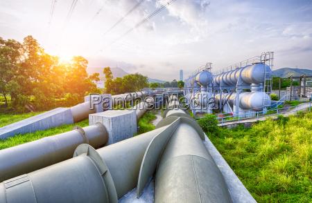 Swiatlo zarowe zbiornika wodnego przemyslu petrochemicznego