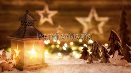 Swiateczna scena z drewna w lamplight