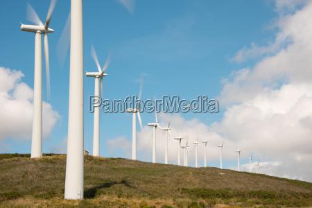 turbiny wiatrowe w farmie wiatrowej na