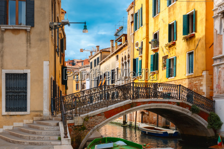 kolorowy kanal boczny i most w