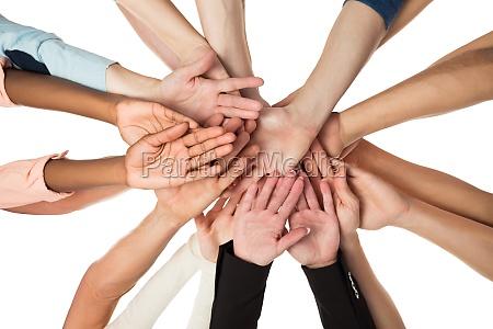 kreatywny zespol biznesowy piling hands