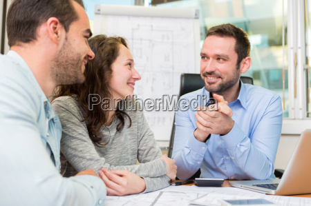 mlodzi atrakcyjni ludzie spotyka agenta nieruchomosci
