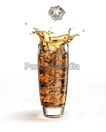 kostka lodu spada do wysokiej szklanki