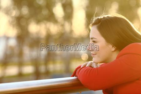 zamyslona dziewczyna mysli w zimie