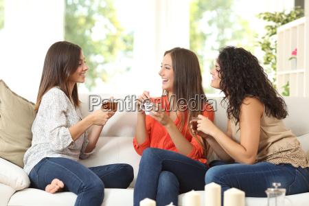 trzej przyjaciele rozmawiaja w domu